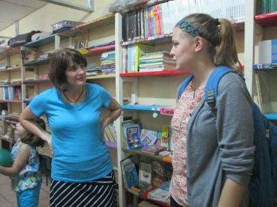 Emma explains the work that she has been doing especially in the biblioteca/library of the school.