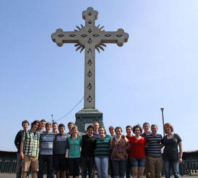 A group photo beside the giant cross at the Cerro San Cristóbal.