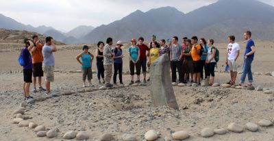 Students learn about the sundial used by ancient people in Caral.