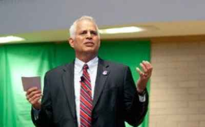 Goshen College president opens school year with call for servant leadership