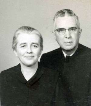 Orie O. and Elta (Myers Sensenig) Miller, wedding photo, 1960. (MCUSA Archives)